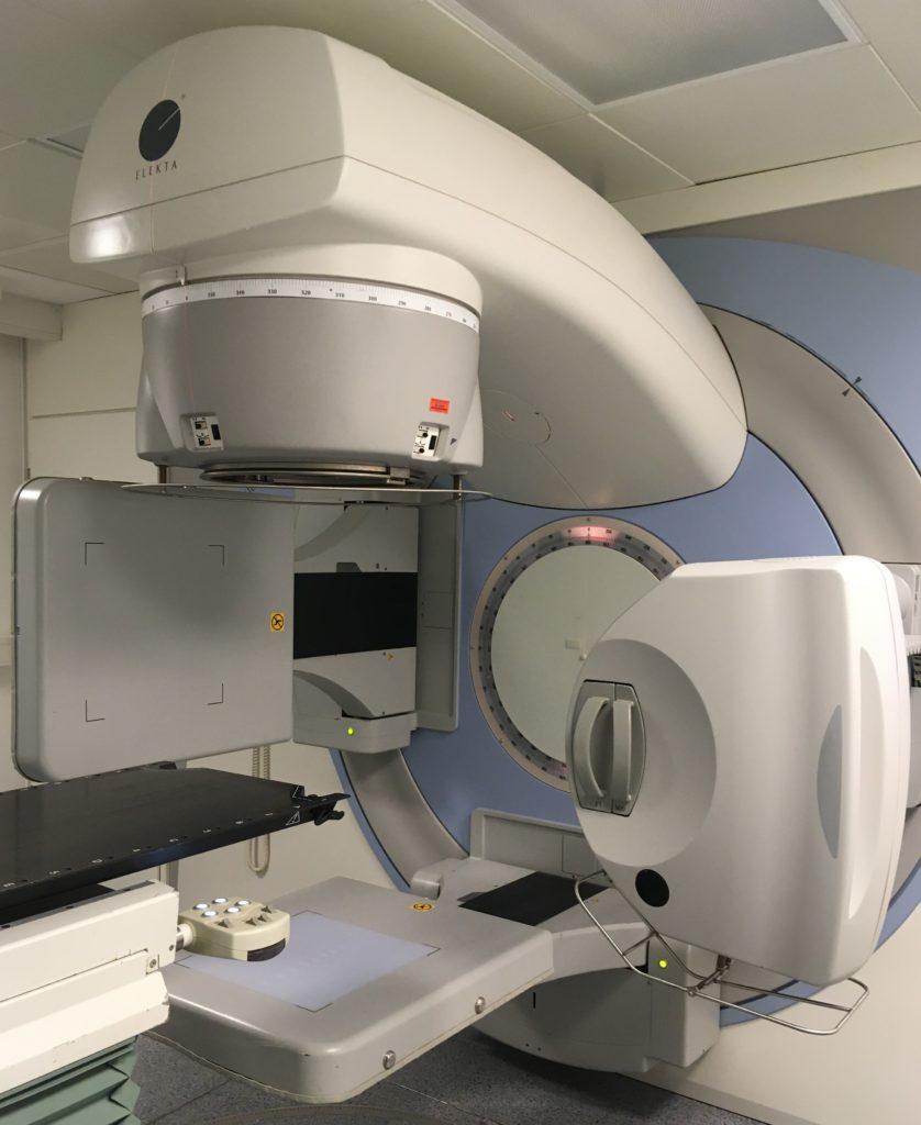 Linearbeschleuniger mit ausgefahrenem ConeBeam-CT und EPID (Seitenansicht)