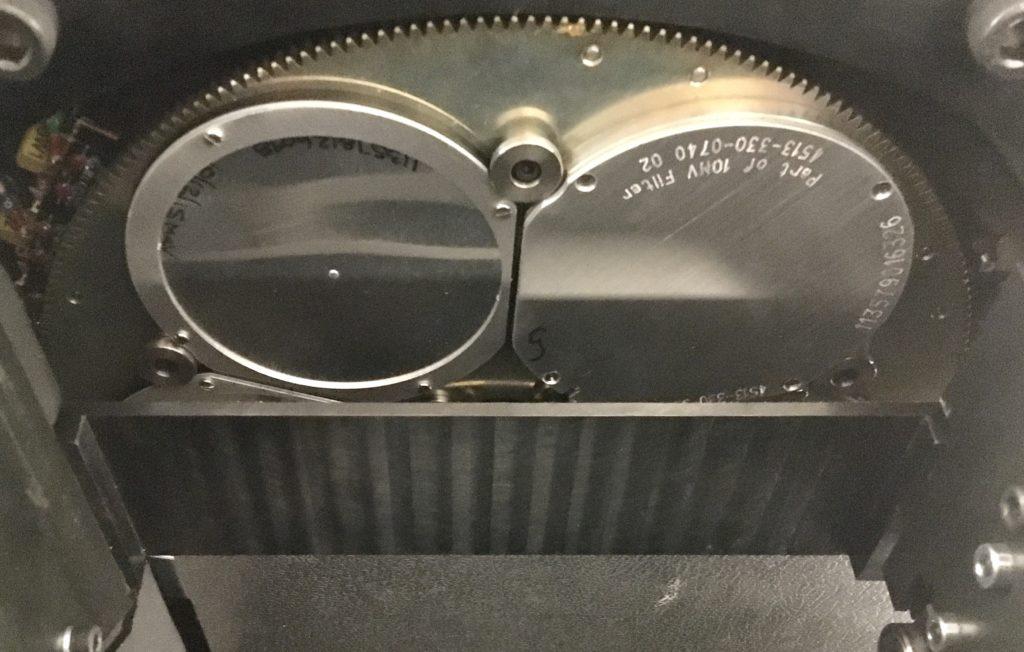 Blick in einen Beschleunigerkopf: Ausgleichsfilter auf einem Drehkarussel für verschiedene Teilchenarten und -energien.
