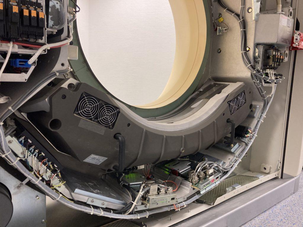 Blick auf an der Gantry montierten Detektor eines Computertomographen.