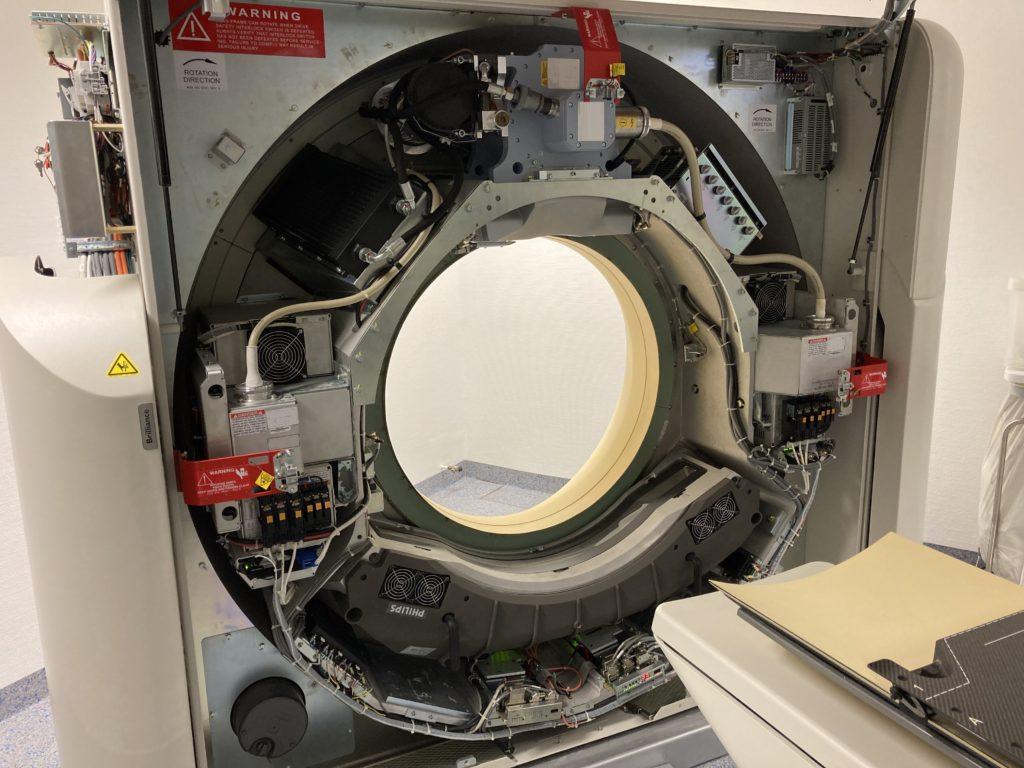Blick unter die Abdeckung eines kommerziellen Computertomographen. Leicht zu erken-nen sind Hauptkomponenten wie die Röhre (oben), der Detektor (unten) und die Span-nungsversorgungen (rechts und links).